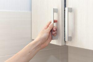Gedämpfte Küchenschrank Tür einstellen