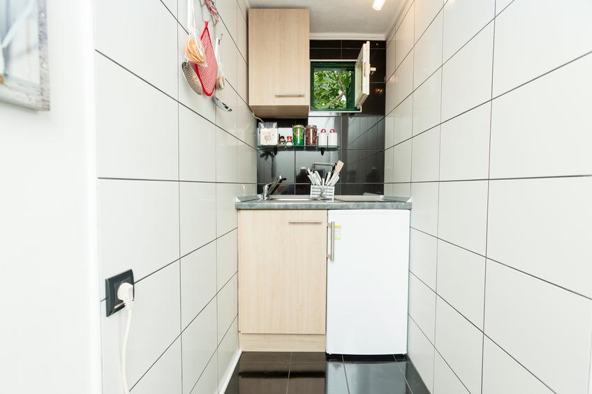 Kleiner Kühlschrank Einbau : Kühlschrank über arbeitsplatte stellen geht das