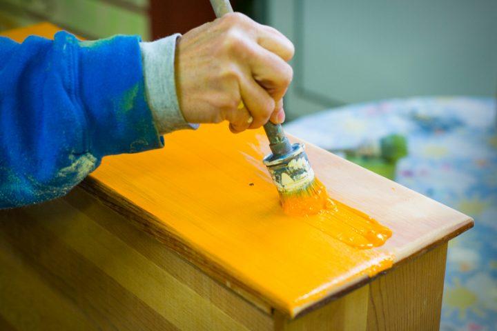 Holz streichen Kunstharzlack