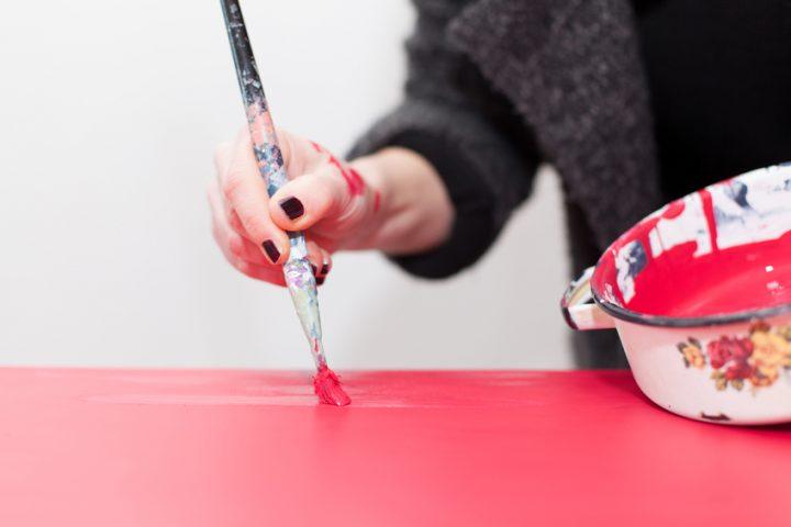 Mit Kunstharzlack streichen
