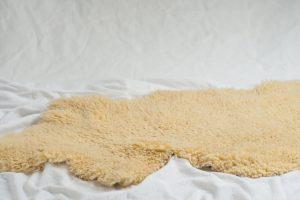 Lammfell-Teppich waschen