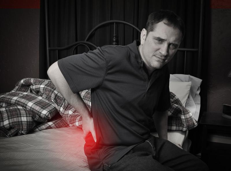 Rückenschmerzen beim Aufstehen » Wann ist das Bett Schuld?
