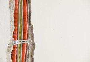 Mauer schlitzen für kabelverlegung