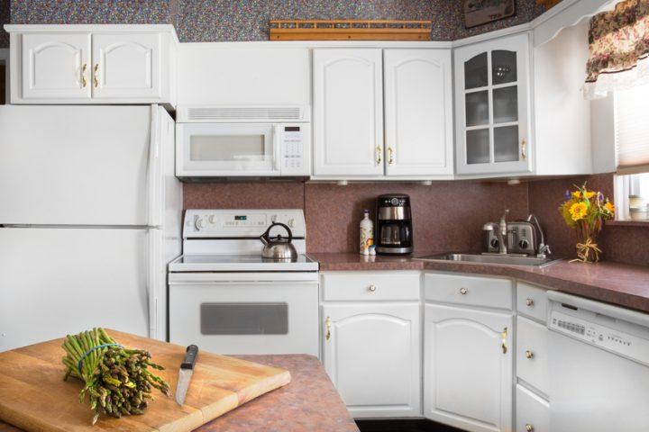 Mikrowelle neben Kühlschrank