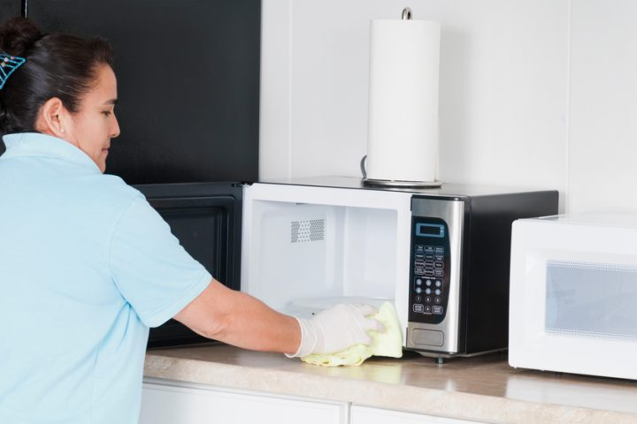 Mikrowelle mit Zitronensaft putzen