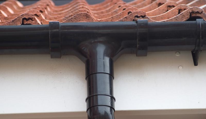 dachrinne montieren eine professionell regenrinnehalter zink anleitung