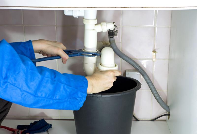 Eine Rohrverstopfung professionell beseitigen: Welche Kosten fallen an?