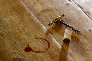 Rotweinfleck auf dem Tisch