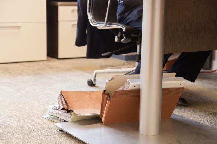 Schreibtisch uneben