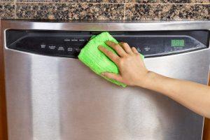 Spülmaschine reinigen.