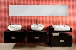 Spiegel im Badezimmer kleben