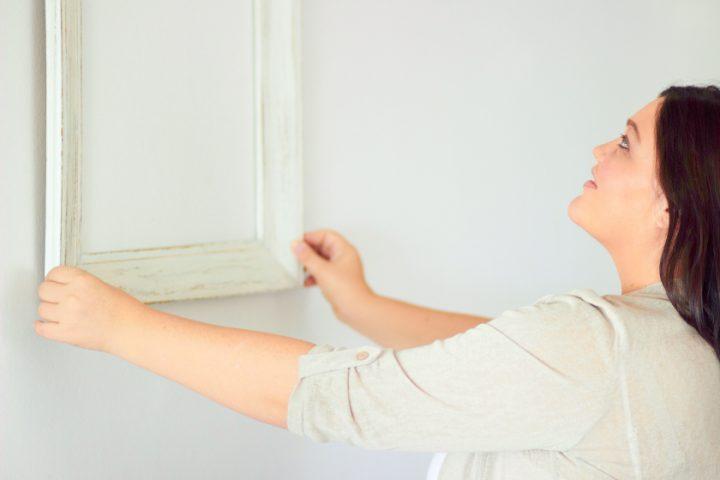 Spiegel an die Wand hängen