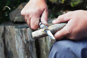 Taschenmesser Holz bearbeiten