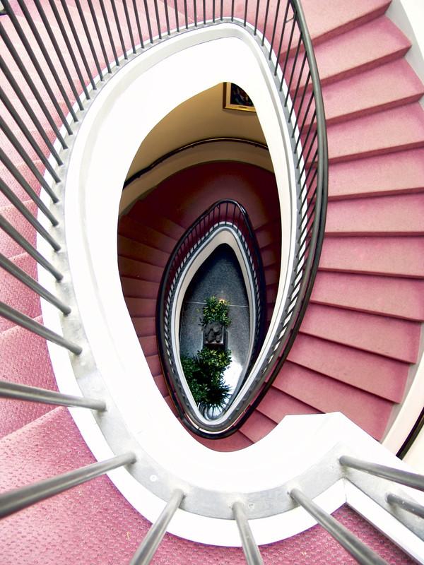 Einen Teppich fachmännisch auf einer Treppe verlegen