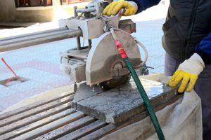 Terrassenplatten zuschneiden