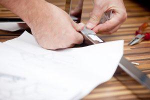 Tischbeine an Glasplatte anbringen