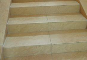 Treppen fliesen verlegen anleitung in 3 schritten - Treppe fliesen mit schiene anleitung ...