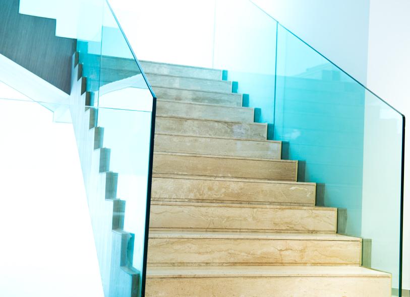 Treppengel nder aus glas davon h ngen die kosten ab - Glaswande innen ...