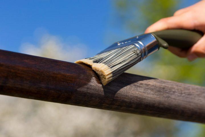 Treppengeländer Holz streichen