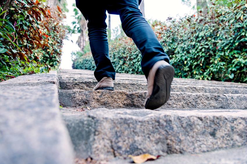 Treppenstufen Holz Streichen ~ Treppenstufen ausgleichen » Anleitung in 7 Schritten