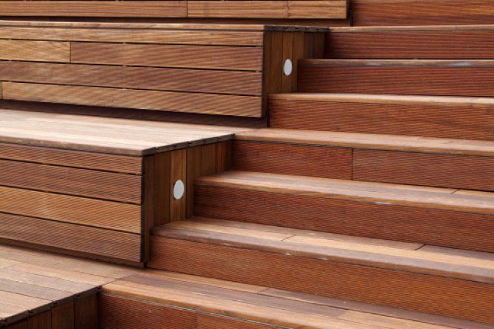 Treppenstufen mit Holz belegen