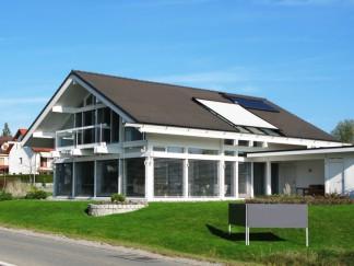 Ein Vordach aus Aluminium benötigt wenig Pflege und Wartung