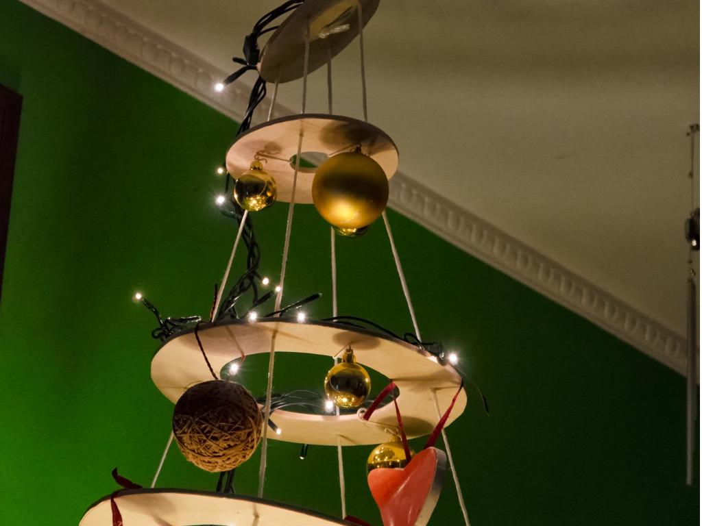 weihnachtsbaum aufh ngen tradition und umsetzung. Black Bedroom Furniture Sets. Home Design Ideas