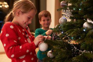 Weihnachtsbaum dekorieren