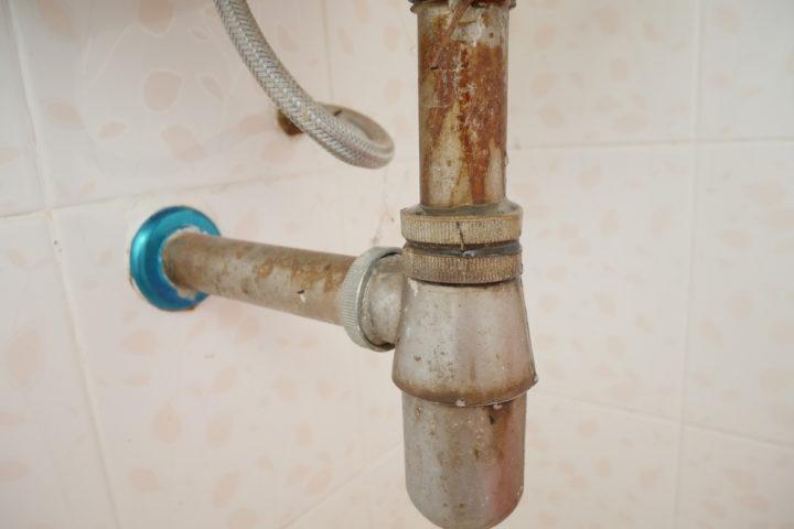 abflussrohr-waschbecken-durchgerostet