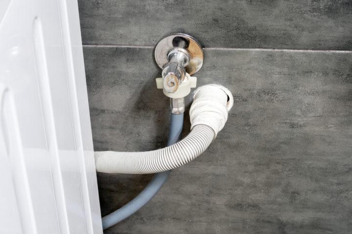 abwasserschlauch-waschmaschine-richtig-verlegen