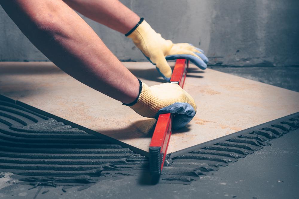Fußboden Grundieren Fliesen ~ Mit ausgleichsmasse grundieren vor dem verlegen von fliesen