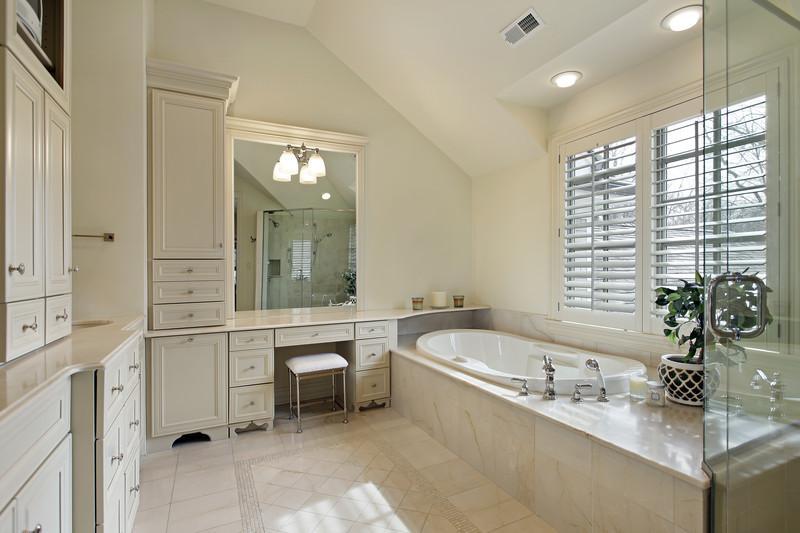 Badezimmer Fliesen Beispiel Sandstein Optik Badewanne ...