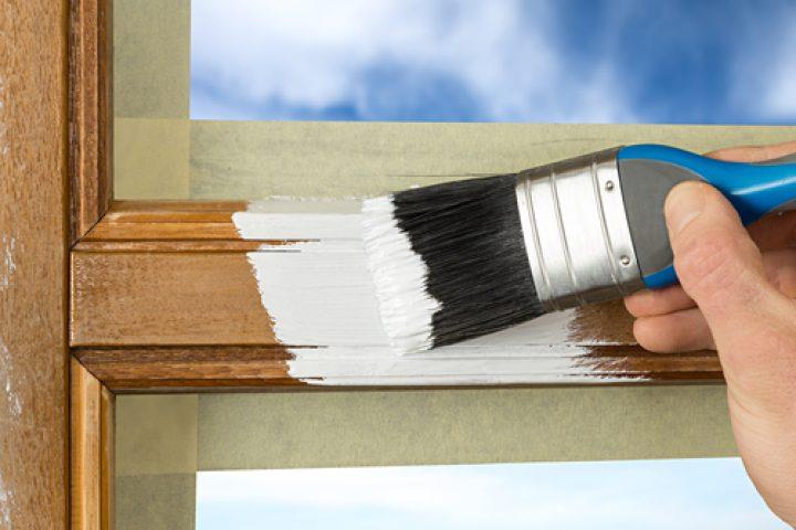 braune-holzfenster-weiss-streichen