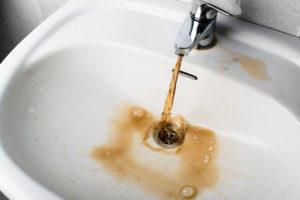 braunes-wasser-aus-der-leitung-nur-bei-warmwasser