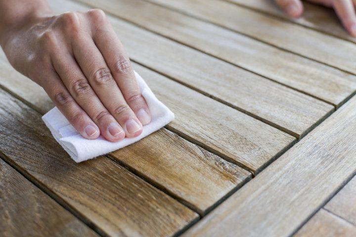 Fettflecken auf Holztisch
