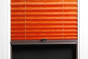 Plissee am Kunststofffenster anbringen