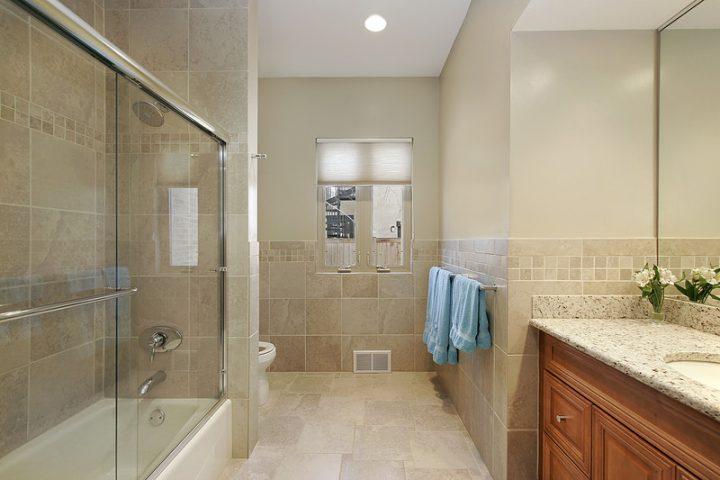 Badewanne mit Duschwand