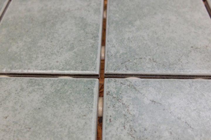 fliesen-auf-holz-kleben-mit-silikon