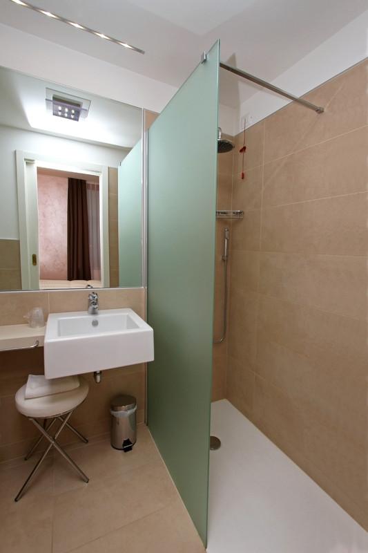 freistehende duschwand preise tipps zu kauf und montage. Black Bedroom Furniture Sets. Home Design Ideas