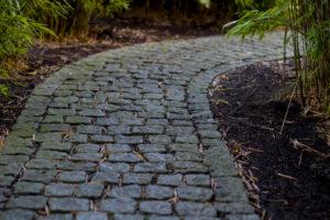 gartenweg-pflastern-ohne-randsteine
