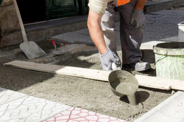 gehwegplatten-in-beton-verlegen