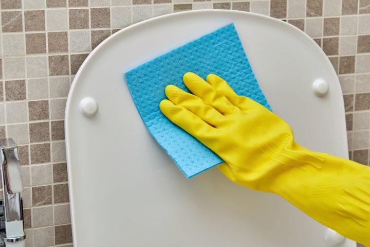 gelbe-flecken-toilettendeckel-entfernen