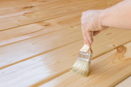Holzboden streichen ohne zu schleifen » So geht's
