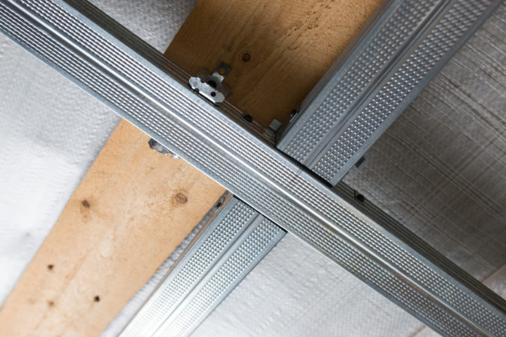 holzdecke-durch-rigips-ersetzen