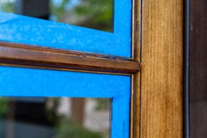 holzfenster-streichen-mit-lasur
