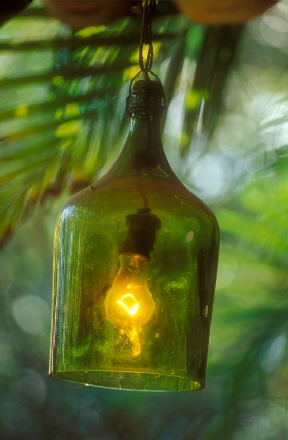 lampe aus flaschen bauen anleitung in 5 schritten. Black Bedroom Furniture Sets. Home Design Ideas