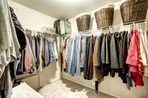 Kleiderstangen als Kleiderschrank