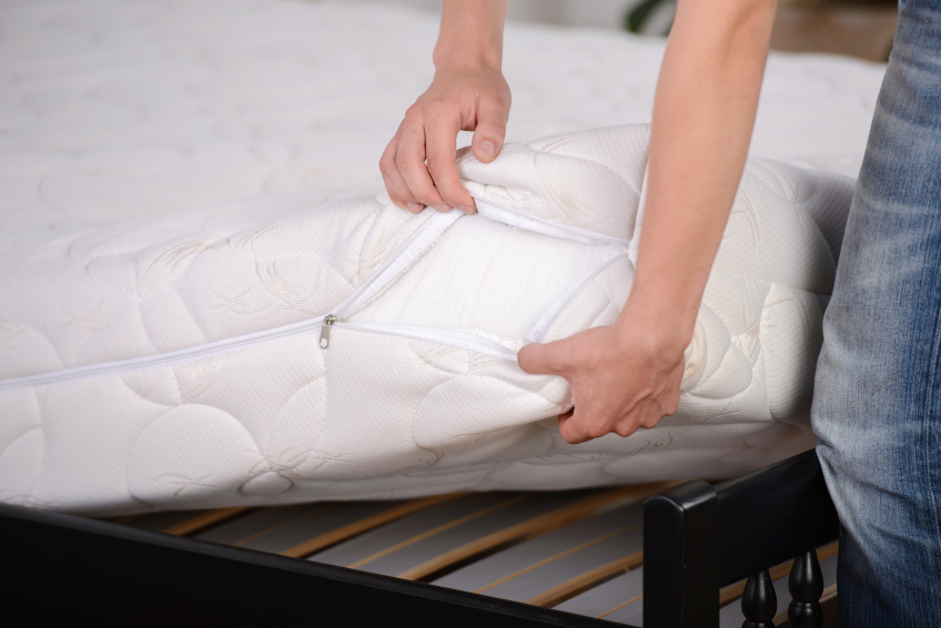Schweißflecken auf der Matratze » So entfernen Sie sie