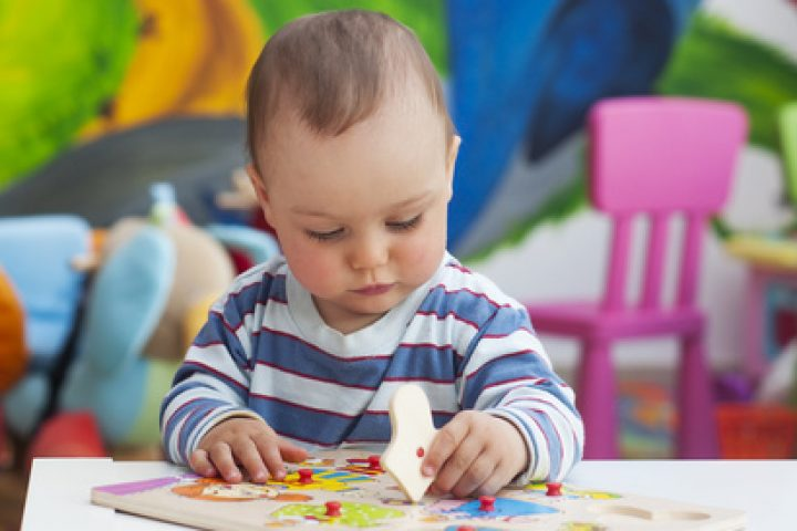 Kind im Kinderzimmer