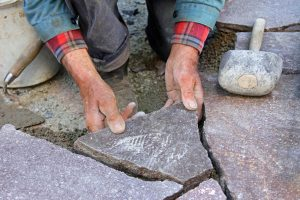 natursteinplatten-verlegen-anleitung